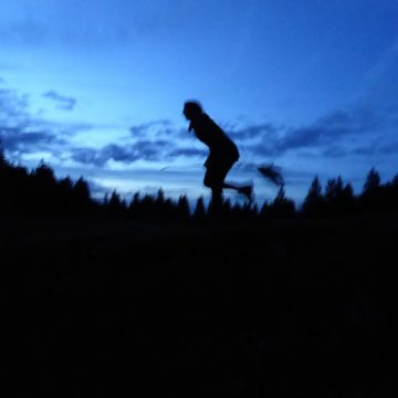 Im Mondlicht über den Bergen.